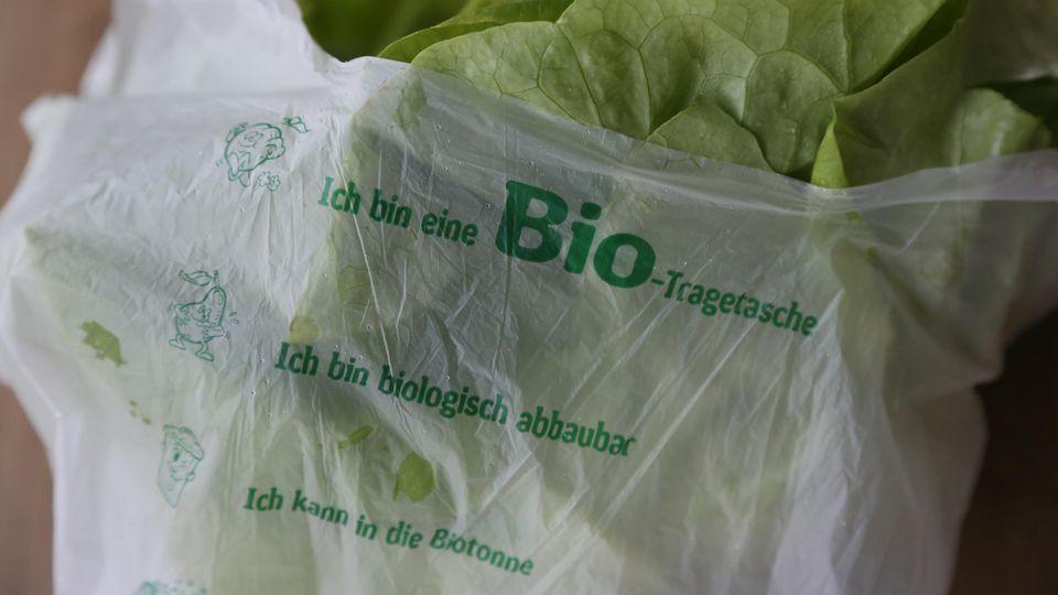 Können kompostierbare Plastiktüten wirklich in die Biotonne, wie der Aufdruck suggeriert? Bloß nicht, warnen Experten.