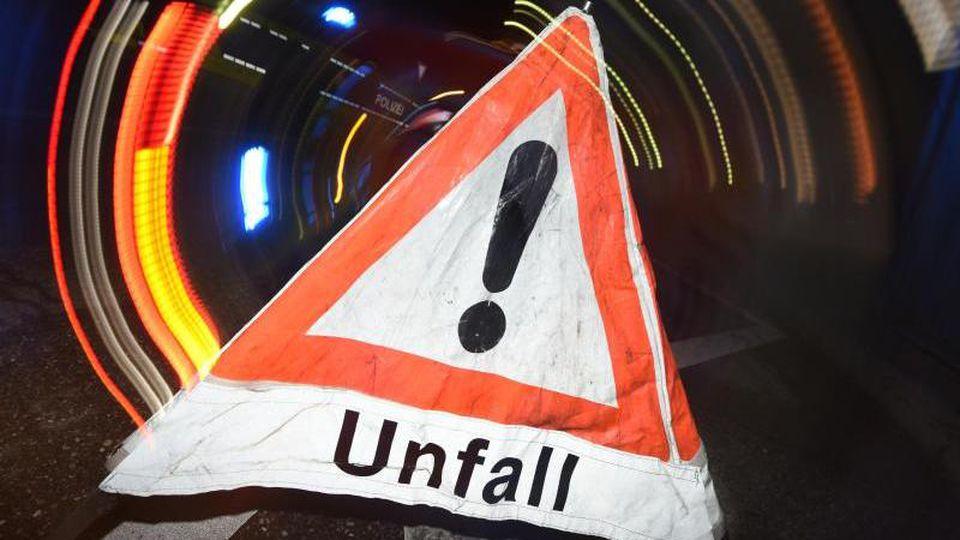"""Ein Warndreieck mit der Aufschrift """"Unfall"""" ist zu sehen. Foto: Patrick Seeger/Archiv"""