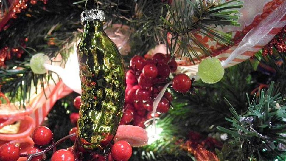 """Eine """"Weihnachts-Gurke"""" (Christmas Pickle) an einem Weihnachtsbaum. Wenn Kinder sie entdecken, winkt ein weiteres Geschenk. Foto: Johannes Schmitt-Tegge"""