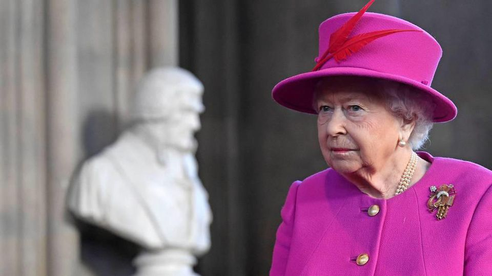 Queen Elizabeth II. ist über das Verhalten von Thomas Markle wohl nicht begeistert.
